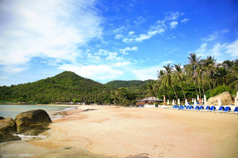 Thailand strand blauwe ligstoelen