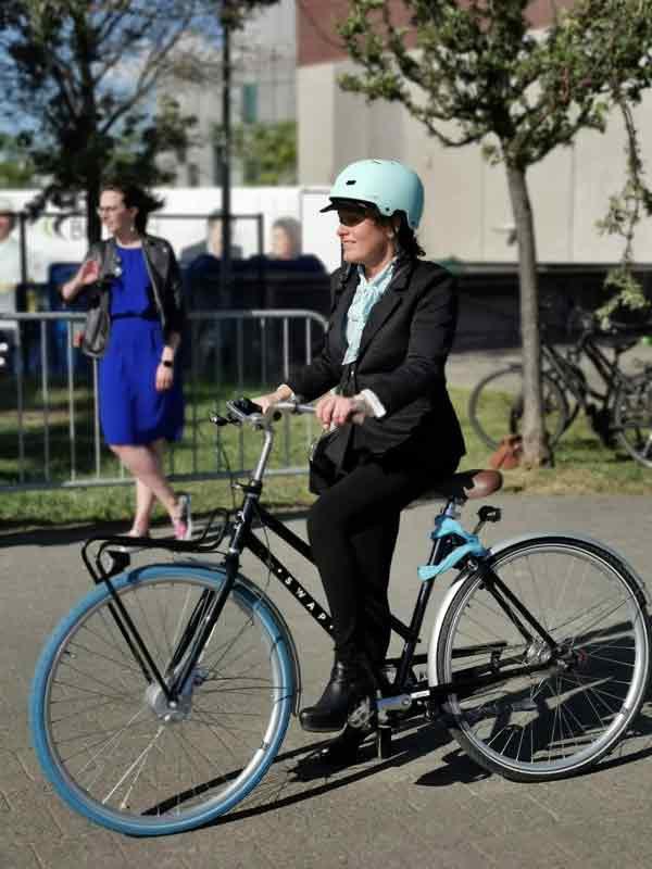 Minister Lydia Peeters op de fiets.