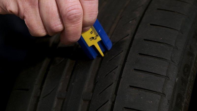 Une jauge de profondeur vous permettra de préciser l'usure de vos pneus