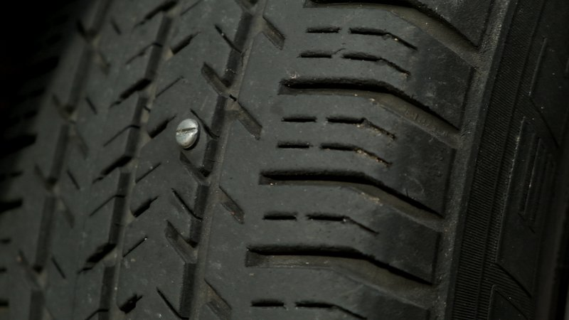 Comme c'est une solution temporaire mieux vaut laisser ce genre de pointe dans le pneu