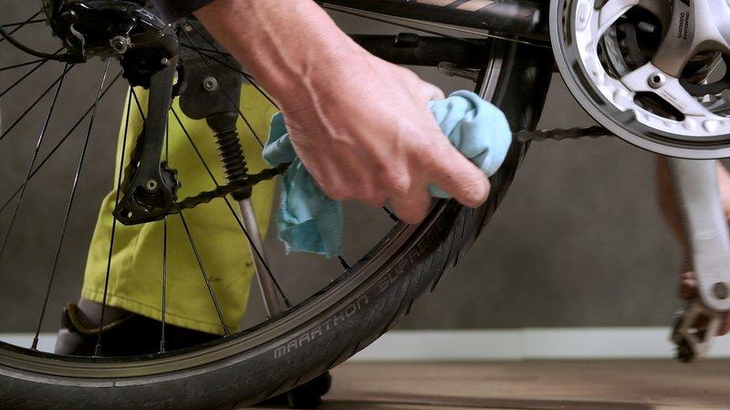 Verwijder het overtollige reinigingsmiddel