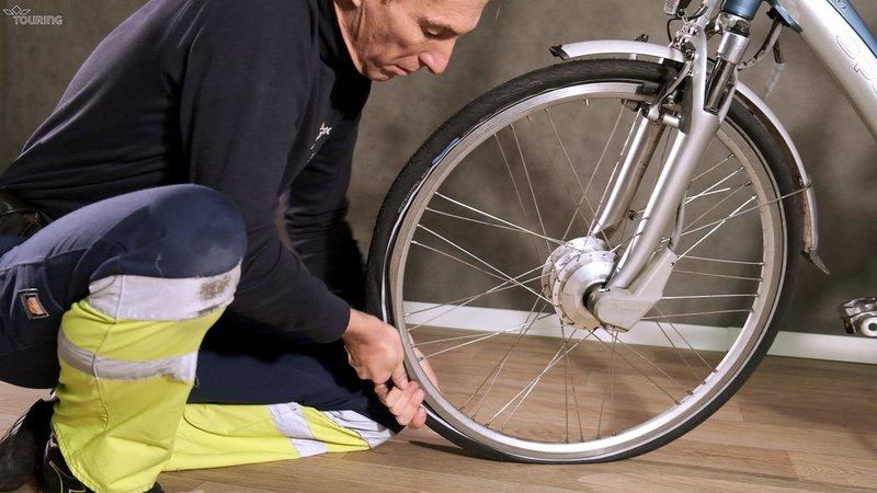 Remontez l'ensemble, chambre à air, pneu et freins.