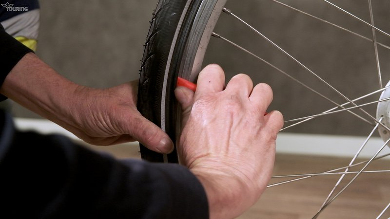 Pour réparer un pneu de vélo il faut enlever le pneu de la jante