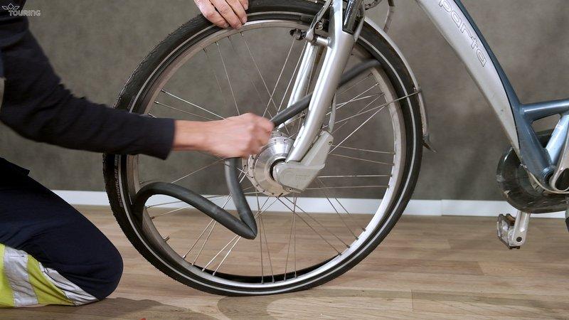 Pour réparer un pneu de vélo il faut enlever la chambre à air