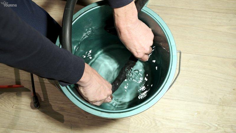 Gebruik een emmer water om het lek te vinden